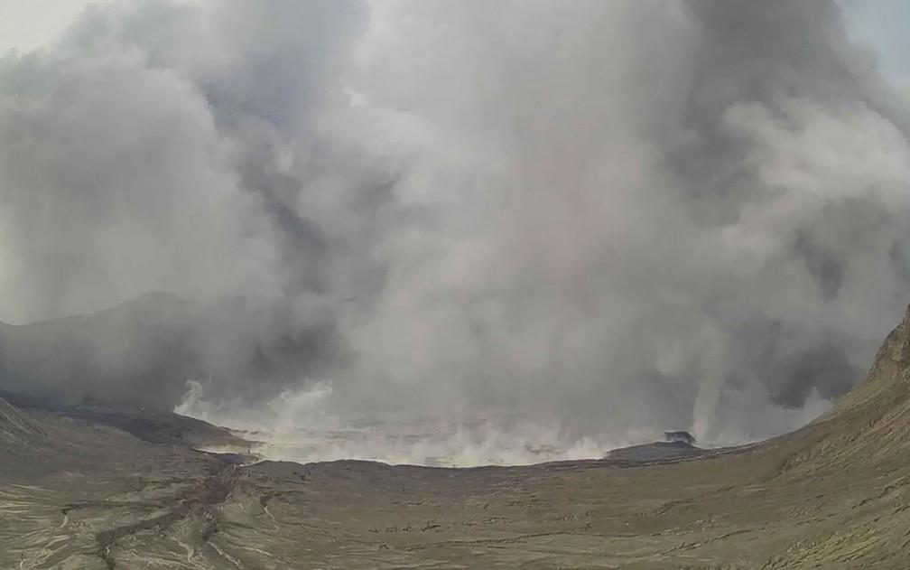 Imagem retirada de vídeo mostra coluna de vapor e fumaça do vulcão Taal, nas Filipinas, na quinta-feira (1º) — Foto: Philippine Institute of Volcanology and Seismology - Department of Science and Technology via AP