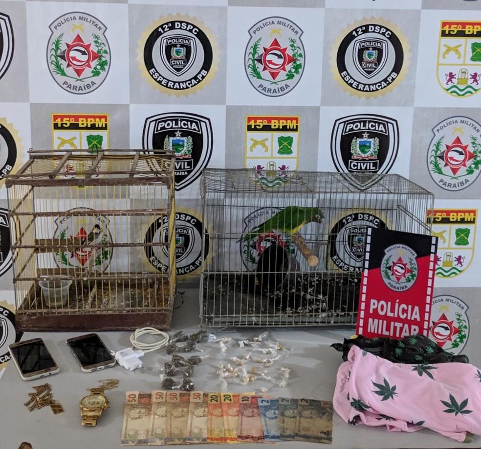 Material apreendido na casa de suspeito de estuprar jovem durante assalto, na PB — Foto: Polícia Militar/Divulgação