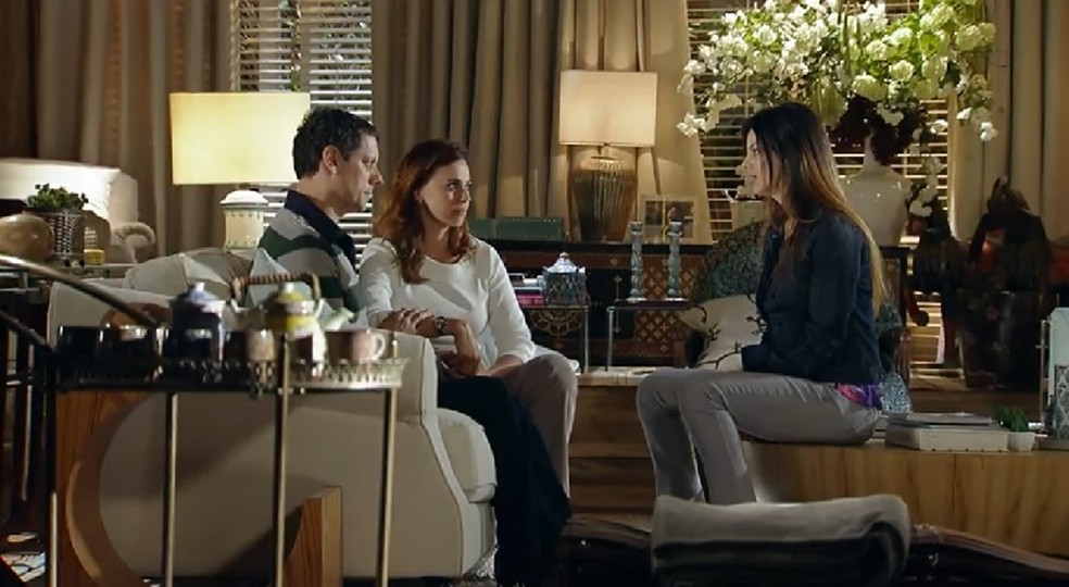Alice (Sthefany Brito) avisa a Ci?cero (Marcello Airoldi) e Suzana (Daniela Escobar) que vai procurar seu pai biolo?gico — Foto: Globo