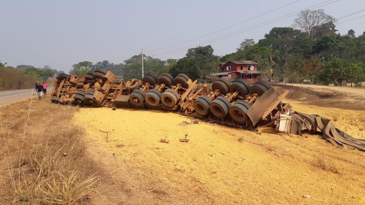 Carreta com carga de milho tomba na BR-364 em RO e motorista fica ferido - Notícias - Plantão Diário