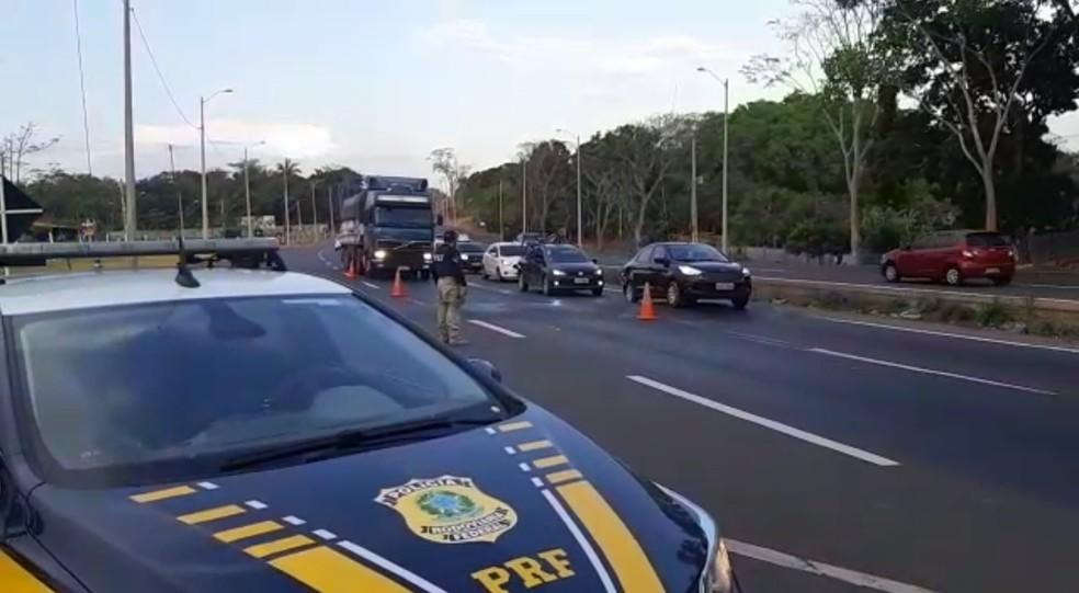 Policiais rodoviários federais durante fiscalização no feriado de Nossa Senhora Aparecida — Foto: Divulgação/PRF