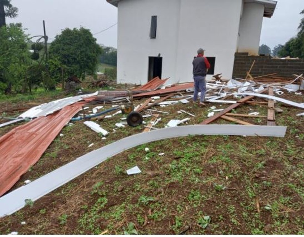Tornado destelhou edificações em Guatambu  (SC) — Foto: Defesa Civil/Reprodução
