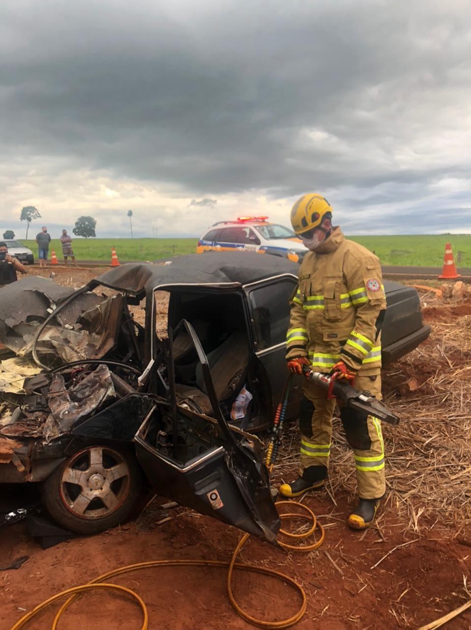 Motorista e passageiro ficam gravemente feridos em acidente durante ultrapassagem na MG-154 em Ituiutaba