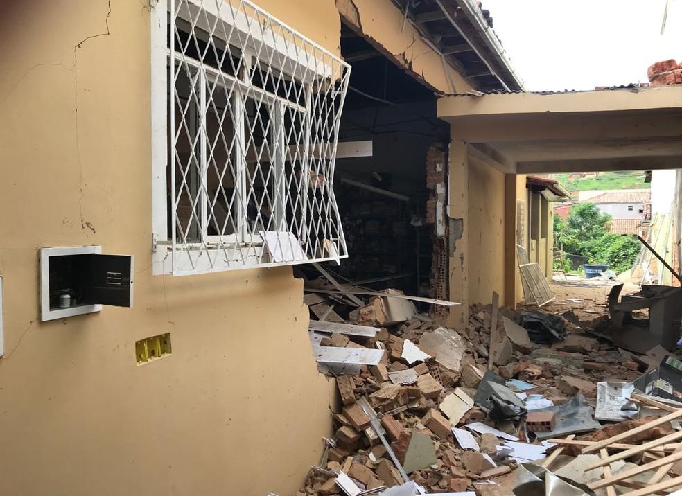 Impacto da explosão afetou uma casa próximo ao banco; ninguém ficou ferido (Foto: Poliana Fonseca /  Arquivo Pessoal )