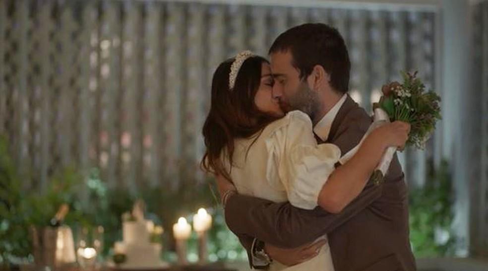 Betina (Isis Velderde) e Sandro (Humberto Carrão) se casam em 'Amor de Mãe' — Foto: Globo