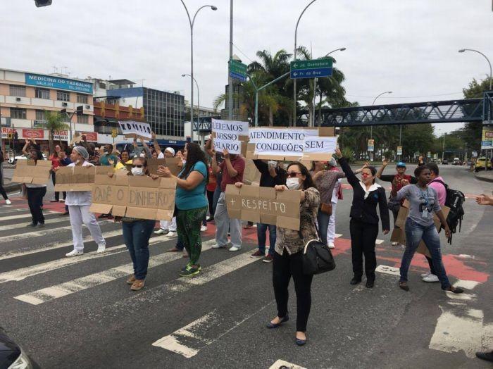 Funcionários exibe cartazes de protesto