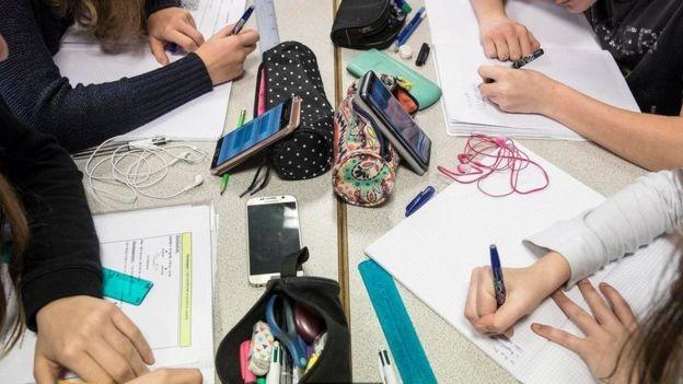 Alguns professores filmam suas lições e publicam no YouTube para envolver os alunos em plataformas que eles já usam (Foto: Getty Images)