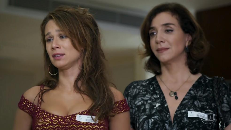 Tancinha (Mariana Ximenes) e Francesca (Marisa Orth) visitam Beto (João Baldasserini) no hospital - 'Haja Coração' — Foto: Globo