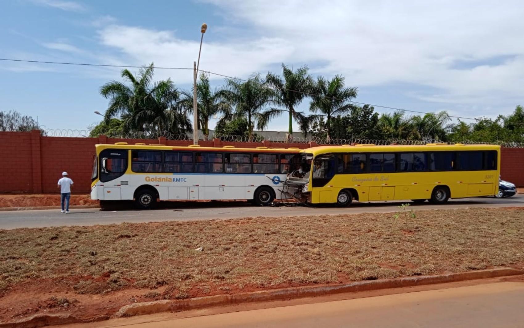 Acidente envolvendo dois ônibus deixa feridos em Goiânia; vídeo
