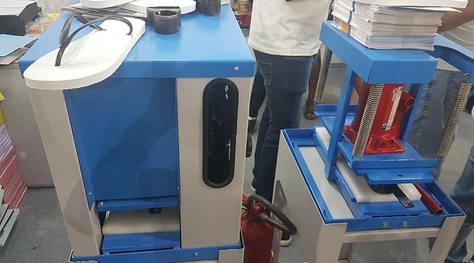 f4bfc87a0 A ChineloMaq é uma máquina de produção de chinelos. O equipamento corta e  fura a