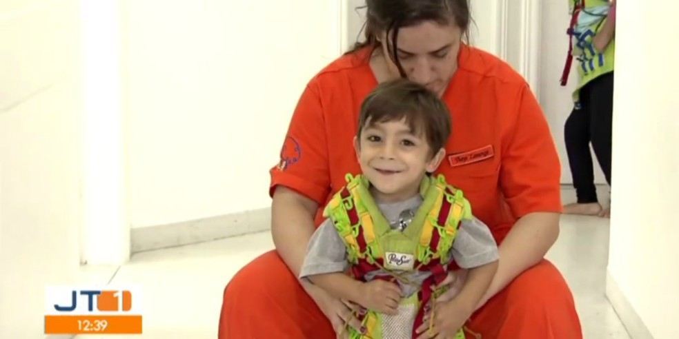 Família do Enzo pede ajuda para conseguir comprar uma cadeira de rodas especial e um andador — Foto: Reprodução/TV Tribuna