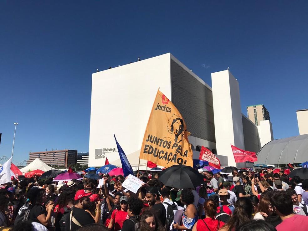 Manifestantes fazem ato pela educação e contra reforma da Previdência em Brasília — Foto: Luiza Garonce/G1
