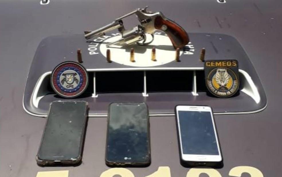 Três celulares, um revólver calibre 38 e munições foram apreendidos com o suspeito — Foto: Divulgação/SSP-BA
