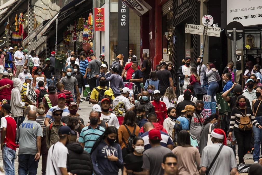 Pessoas fazem compras na 25 de Março, no Centro de São Paulo, no dia 23 de dezembro. — Foto: Carla Carniel/AP