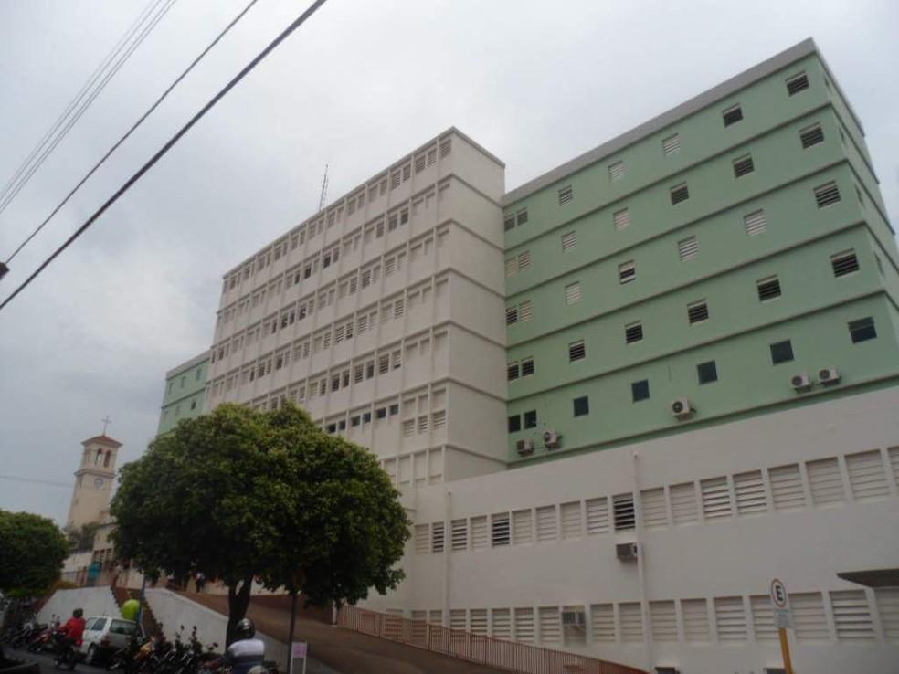 Menina foi atendida na Santa Casa de Lins  — Foto: Facebook / Reprodução