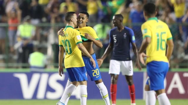 Lázaro (20) comemora com Peglow o gol da vitória brasileira