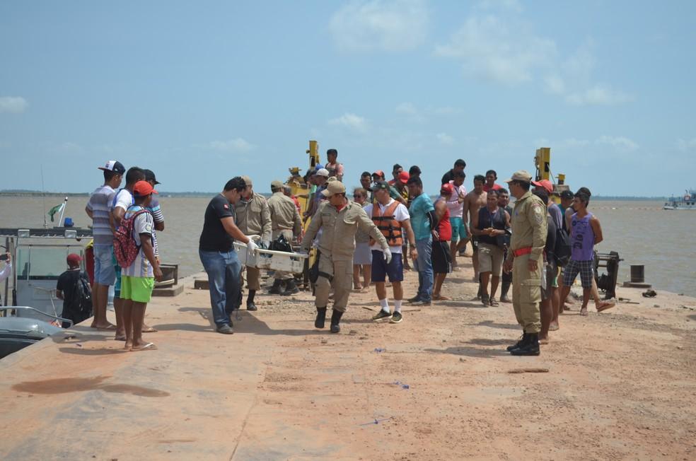 Corpo foi encontrado por um morador e encaminhado para Santarém em um lancha da Capitania dos Portos  (Foto: Fábio Cadete/G1)