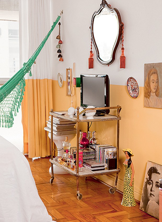 O carrinho de chá funciona como móvel para a TV e bar na pequena casa de 28 m² da arquiteta Alexandra Albuquerque (Foto: Edu Castello/Casa e Jardim)