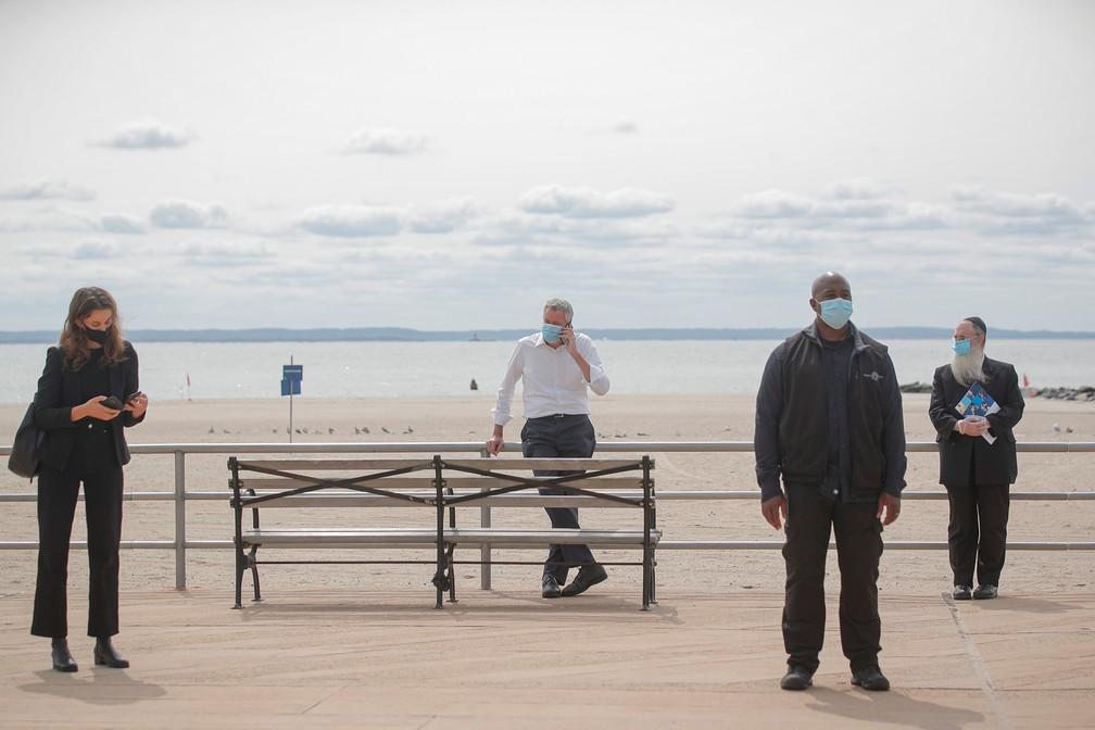 Prefeito de Nova York, Bill de Blasio, durante passeio em Coney Island nesta terça-feira (15) — Foto: Brendan McDermid/Reuters