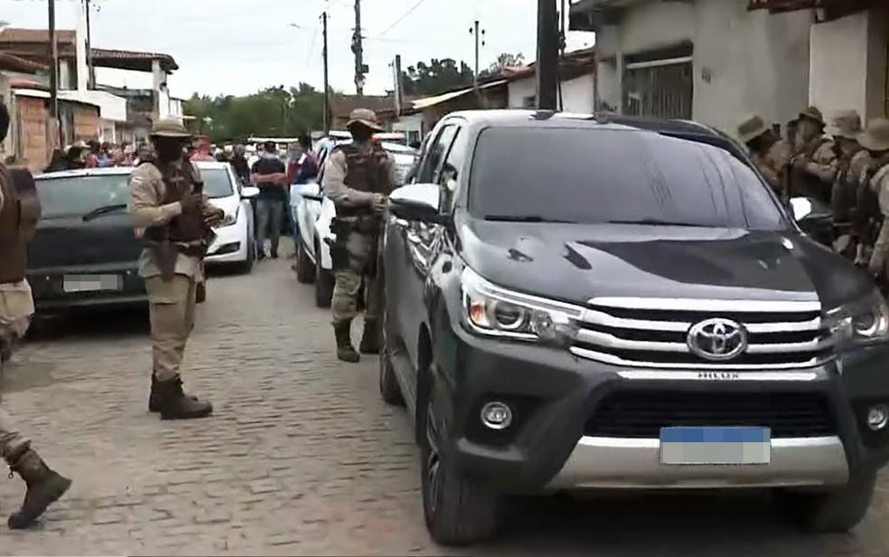 Polícia colocou motorista do minitrio em viatura — Foto: Reprodução/TV Bahia