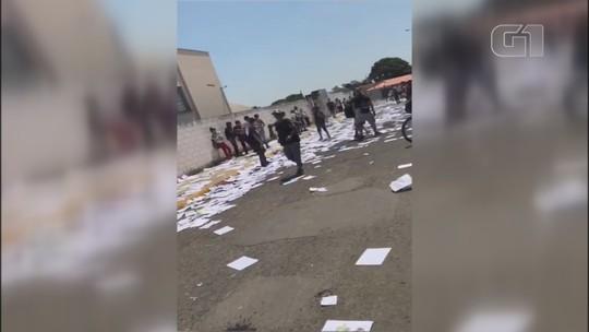 Alunos rasgam apostilas em frente de escola municipal para comemorar fim de ano letivo; vídeo