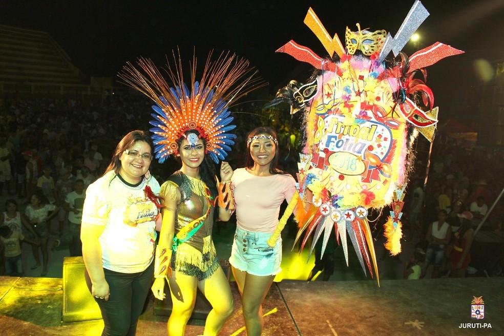 -  Ariadne Lima, Lizsane Araújo e Josiele Ramos na entrega do standart à Musa do Tribal Folia 2018  Foto: Prefeitura de Juruti/Divulgação