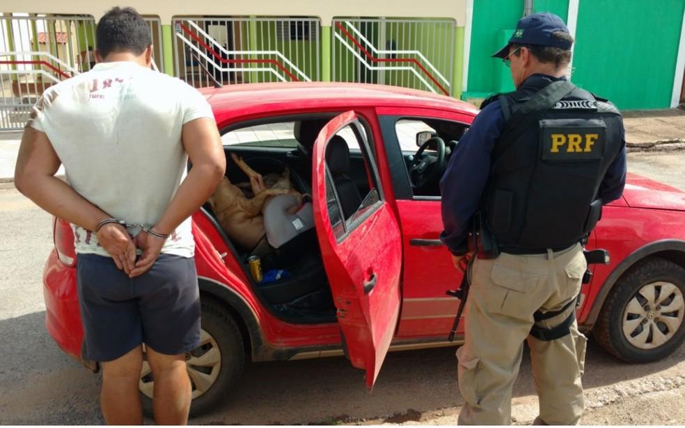 Motorista tentou fugir de abordagem por conta de som alto (Foto: PRF/Divulgação)