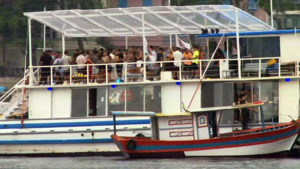 Festa em barco na Enseada de Botafogo — Foto: Reprodução/TV Globo