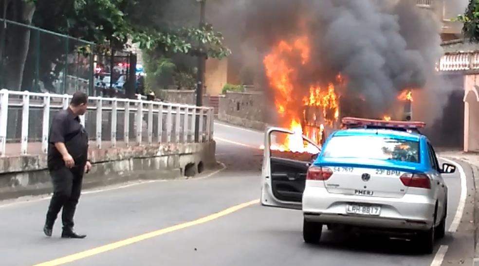 Ônibus incendeia na Av. Niemeyer nesta quinta (25) (Foto: Reprodução/ Redes Sociais)
