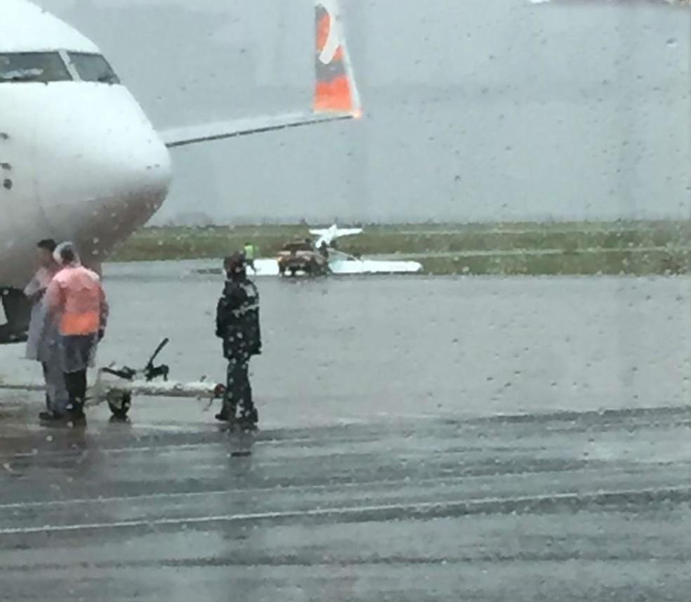 Ventos de 110 km/h viraram o avião no aeroporto de Maringá â Foto: Marçal Dias Jordan/RPC