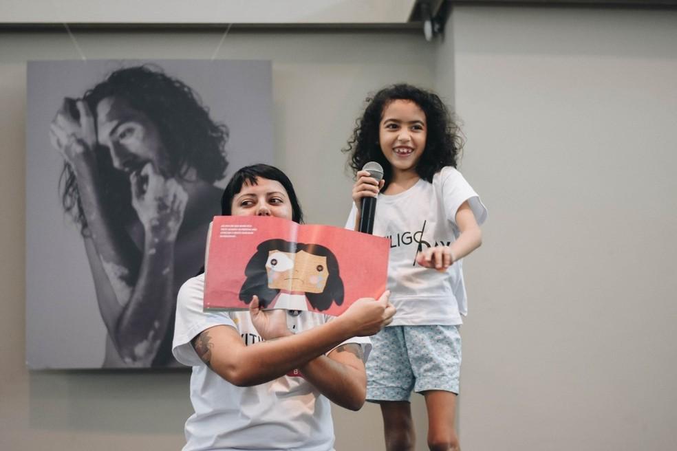 Mãe montou livro para ajudar filha a lidar melhor com o vitiligo. — Foto: Bia Bastos