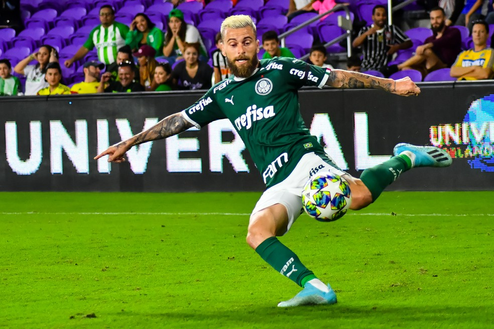 Lucas Lima tenta o chute pelo Palmeiras contra o Atlético Nacional — Foto: GLEDSTON TAVARES/FRAMEPHOTO/ESTADÃO CONTEÚDO
