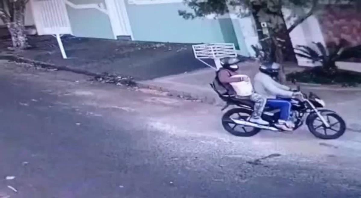 VÍDEO: criminosos se passam por pintores, enganam moradora e roubam casa no Bairro Cidade Jardim em Uberlândia