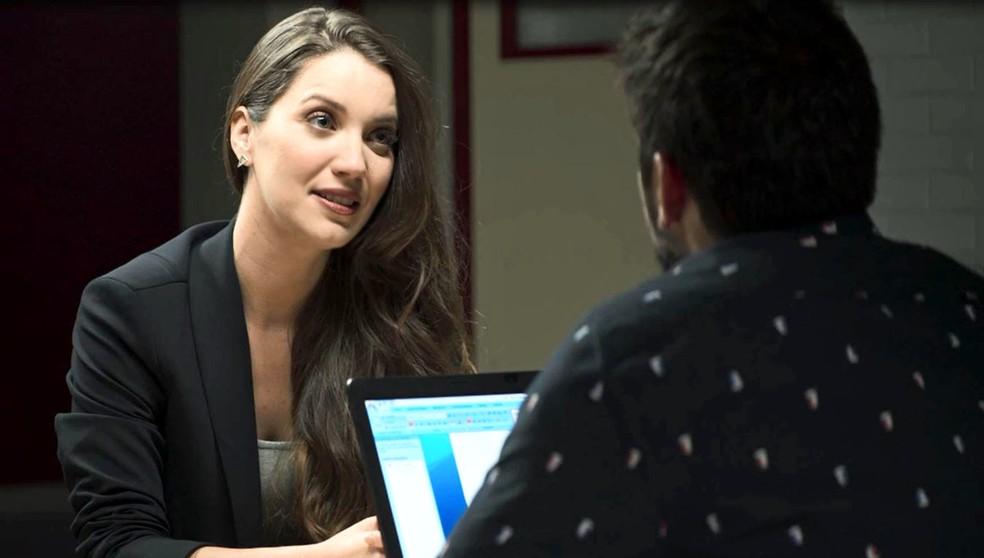 Fabiana (Nathalia Dill) se simpatiza com Bernardo (Bruno Gissoni), na novela 'A Dona do Pedaço' — Foto: Globo