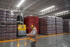 Fábrica da Coca-Cola no Rio: empresa renova parceria com a Caixa para facilitar acesso de estabelecimentos clientes a crédito