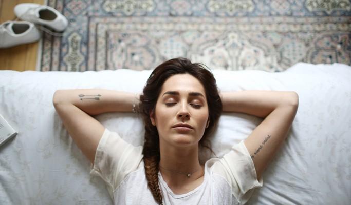 3 coisas para levar para cama e dormir melhor ( e 3 pra deixar do lado de fora do quarto)