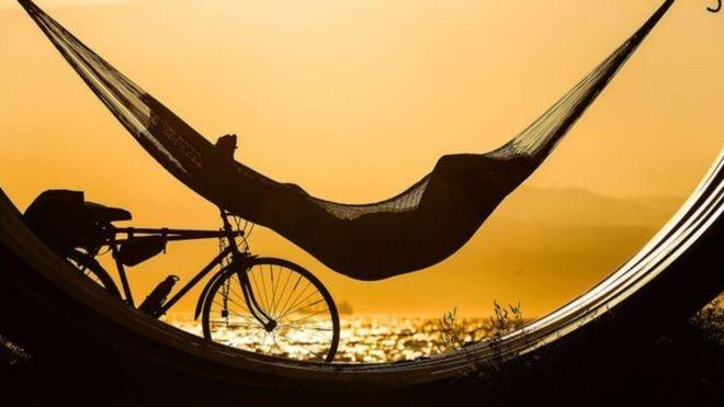 Há uma tendência crescente de empresas que oferecem aos seus funcionários férias ilimitadas (Foto: Getty Images/BBC)
