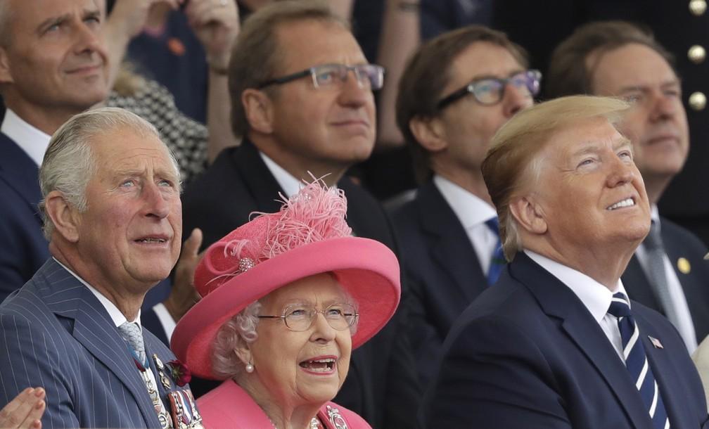 """O príncipe Charles, a rainha Elizabeth II e o presidente americano, Donald Trump, durante celebrações dos 75 anos do """"Dia D"""" em Portsmouth, Inglaterra, nesta quarta-feira (5). — Foto: Matt Dunham/AP"""