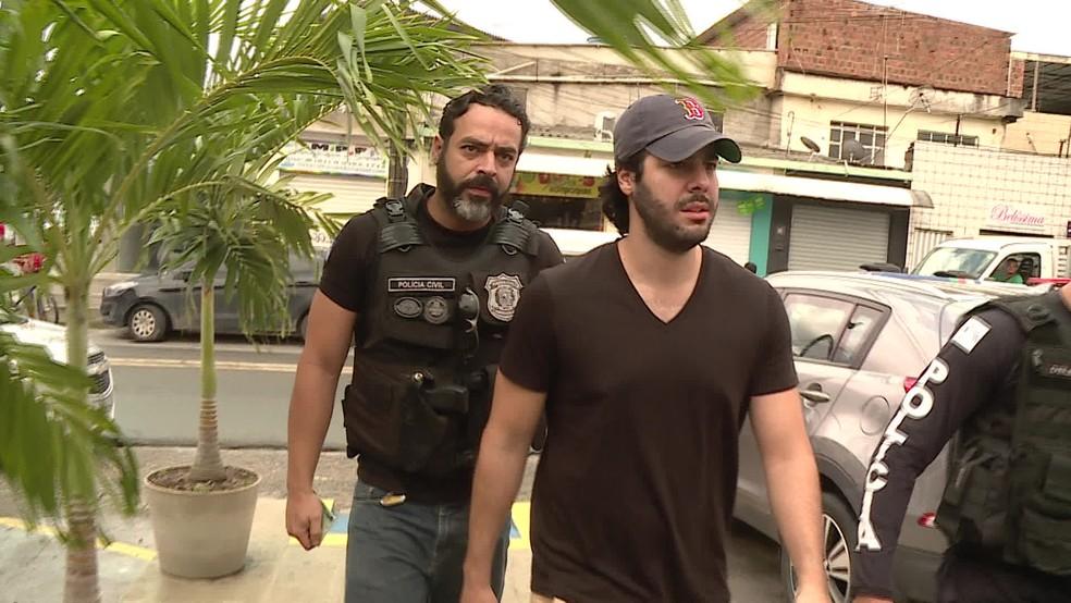 DJ Jopin chegou acompanhado por policiais à sede do Draco, no Recife, nesta quinta (9) — Foto: Reprodução/TV Globo