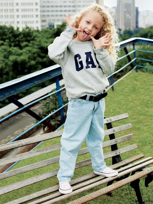 Alice veste blusa de moletom, R$ 139,90, da GAP. Calça jeans, R$ 156, da a Fábula. Cinto de couro, R$ 49,90, da Puc. Tênis de lona, R$ 109,90, da Converse. (Foto: Raquel Espírito Santo / Editora Globo)