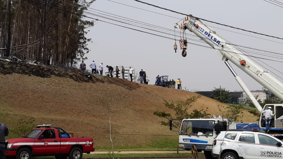 Perícia é realizada após acidente aéreo a cerca de dois quilômetros do aeroporto de Piracicaba — Foto: Edijan Del Santo/ EPTV