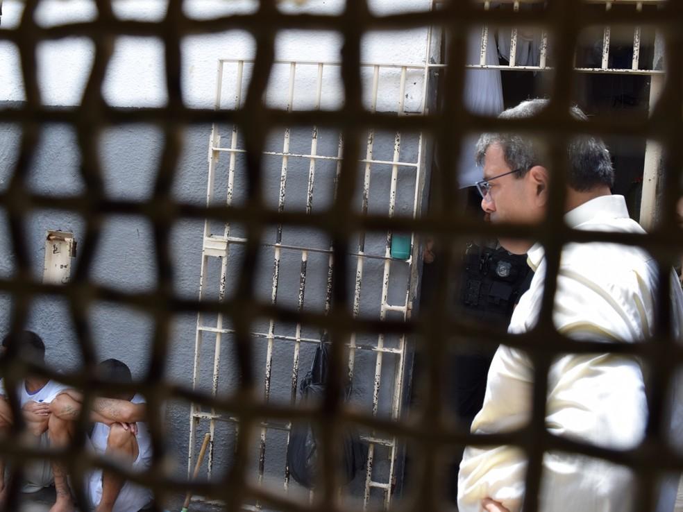 Juiz ouve reivindicações de presos e avalia condições de presídios — Foto: TJMT/ Assessoria