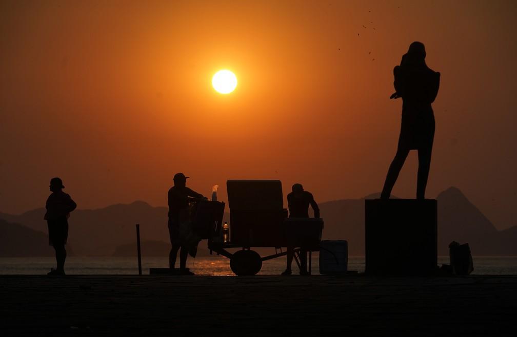 Barraqueiros se preparam para dia de praia cheia no Rio — Foto: Marcos Serra Lima/G1