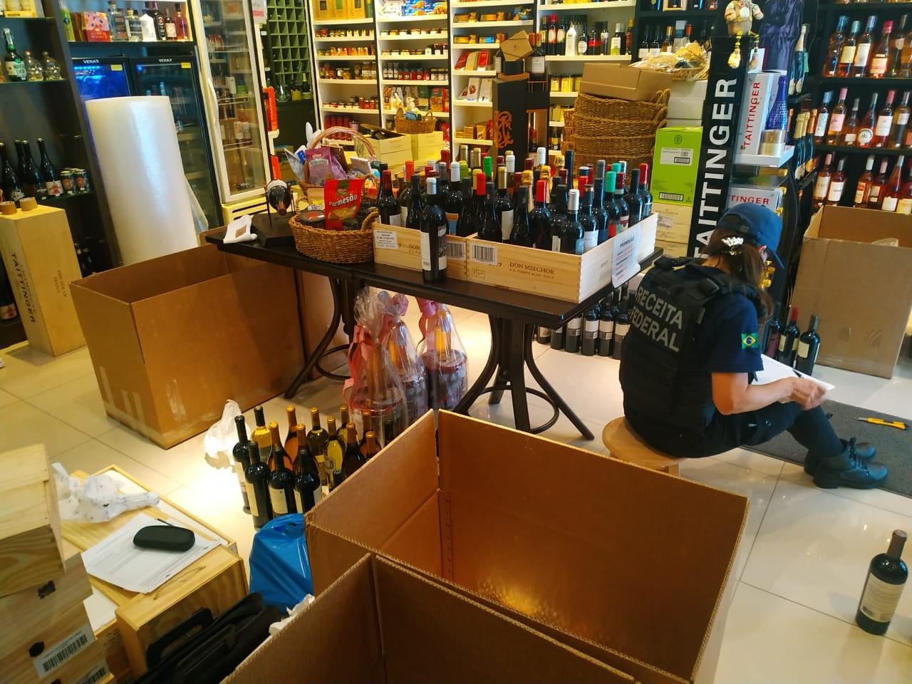Operação da Receita Federal em SC apreende 8 mil garrafas de vinho contrabandeadas
