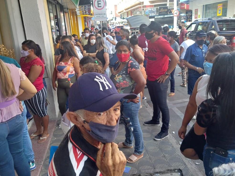 Agências bancárias foram interditadas por aglomeração em Juazeiro do Norte. — Foto: Ednardo Alves