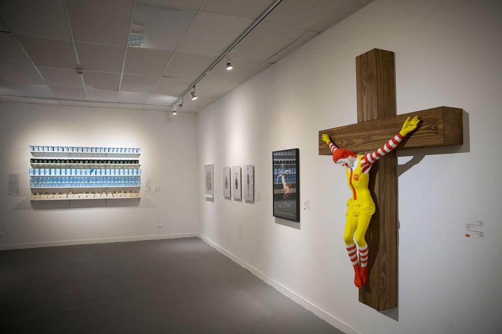 """Obra 'McJesus"""", em exposição em museu de Haifa, Israel — Foto: Oded Balilty"""