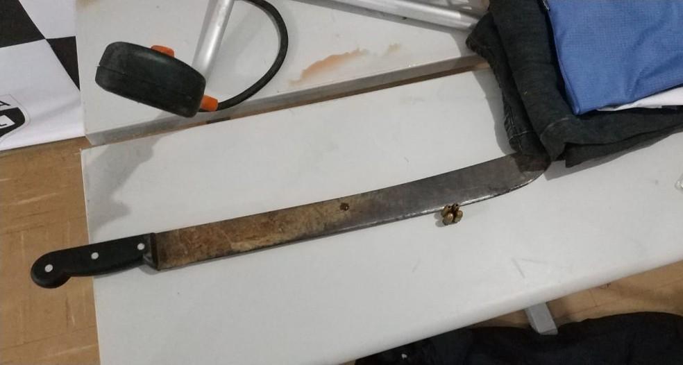 O facão usado para o crime foi encontrado na casa do suspeito, em Araucária. — Foto: Divulgação/PCPR