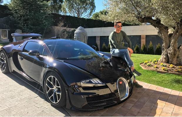 Cristiano Ronaldo com seu Bugatti Veyron (Foto: Instagram / @cristiano)