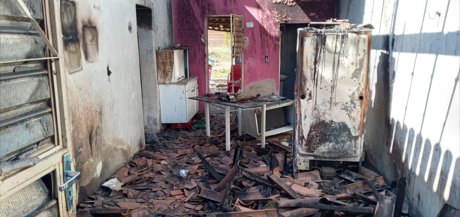 Incêndio atinge casa e destrói móveis e eletrodomésticos, no Sertão da Paraíba