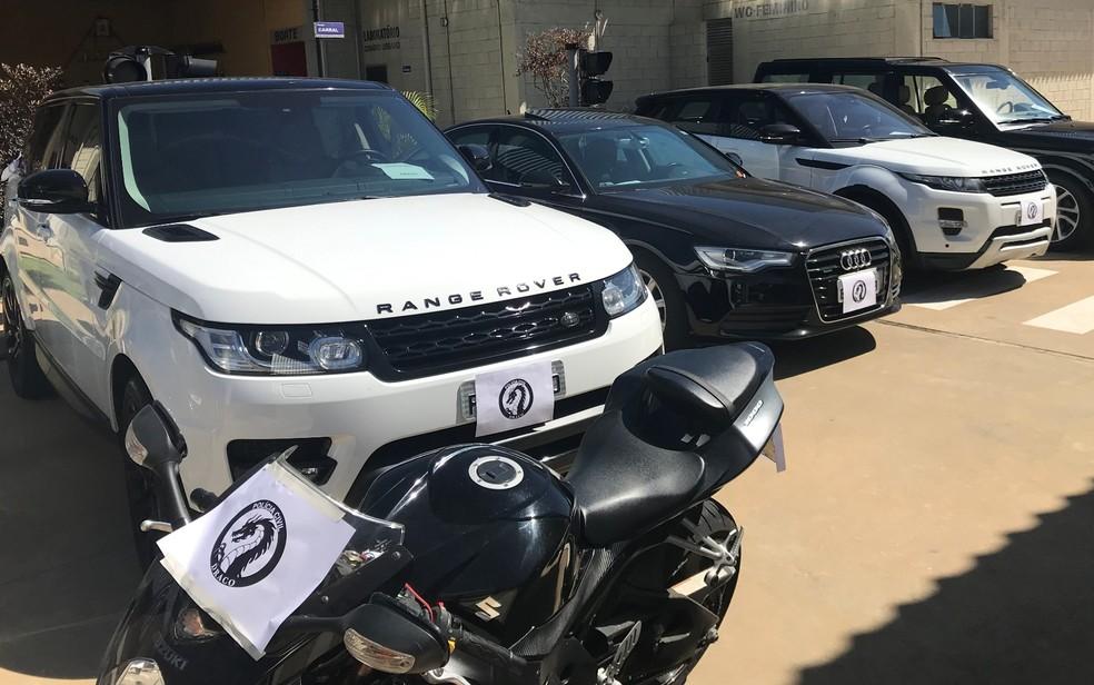 Carros de luxo apreendidos em operação contra supostos integrantes de facção criminosa em Goiás — Foto: Vanessa Chaves/G1